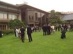 明治記念館の中庭。ここで新郎新婦とご親戚・ご来賓の方々と記念撮影